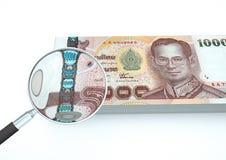 o dinheiro rendido 3D de Tailândia com lente de aumento investiga a moeda no fundo branco Imagens de Stock Royalty Free
