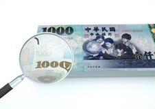 o dinheiro rendido 3D de Taiwan com a lente de aumento investiga a moeda isolada no fundo branco ilustração do vetor