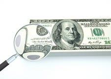 o dinheiro rendido 3D do Estados Unidos com lente de aumento investiga a moeda no fundo branco Foto de Stock Royalty Free