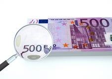 o dinheiro rendido 3D do Euro com a lente de aumento investiga a moeda isolada no fundo branco Imagens de Stock Royalty Free