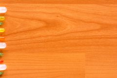 O diodo emissor de luz alinhou na borda esquerda do assoalho de madeira Imagens de Stock