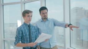 O diretor discute o projeto com o empregado no escritório moderno novo filme