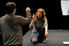 O diretor do instituto do teatro de Barcelona, ensina seus atores na comédia Shakespeare para executivos imagem de stock