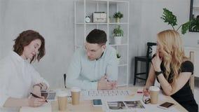 O diretor-executivo dá comentários importantes no projeto do projeto Um grupo de arquitetos experientes que trabalham dentro video estoque