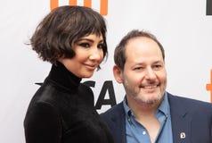 O diretor Tom Donahue e Jackie Cruz está na premier do ` que este muda tudo ` em TIFF2018 imagens de stock royalty free