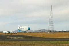 O dirigível em linha da legenda dos dispositivos tem 39 medidores de comprimento e 11 medidores de largura Nunca obtém desinflado Foto de Stock