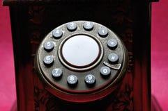 O discador em um telefone velho imagens de stock