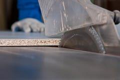O disco é serras circulares que cortam o paneling de madeira Fotos de Stock