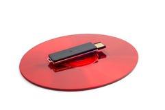 O disco compacto vermelho e o USB removível preto conduzem imagem de stock