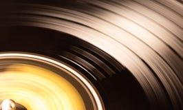 O disco vermelho de Vynil está sendo jogado imagens de stock