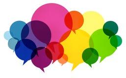 O discurso borbulha os pensamentos coloridos de uma comunicação que falam o conceito Fotos de Stock Royalty Free