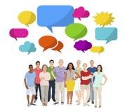 O discurso Multi-étnico do grupo de pessoas borbulha conceito alegre Imagens de Stock