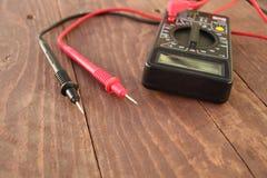 O dispositivo de medição de Digitas está na tabela fotografia de stock