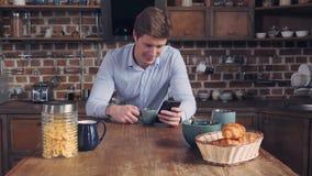 O dispositivo de terra arrendada do homem adulto envia o email no apartamento video estoque