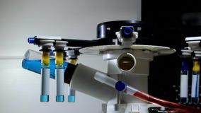 O dispositivo do laboratório gerencie ampola com medicina líquida video estoque