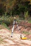 O dispositivo geodésico em um terreno de construção Fotografia de Stock Royalty Free