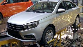 O dispositivo industrial está simulando os movimentos do carro novo em colisões em estradas, testando vídeos de arquivo