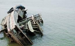 O dissipador do navio no mar Fotos de Stock