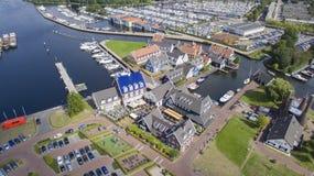 O distrito náutico em Huizen, Países Baixos fotografia de stock