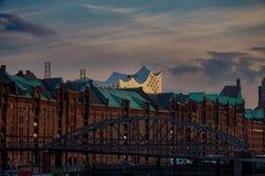 O distrito velho Speicherstadt do armazém em Hamburgo, Alemanha com a sala de concertos de Elbphilharmonie no fundo, imagens de stock royalty free