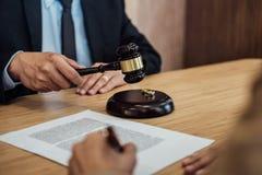 O divórcio da união em decidir do martelo do juiz, a consulta entre uma mulher de negócios e um advogado ou um juiz masculino con imagens de stock