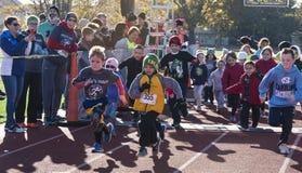 O divertimento das crianças corre em uma trilha em uma raça do trote de peru imagens de stock royalty free