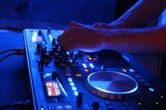 O DJ ajusta Fotografia de Stock Royalty Free
