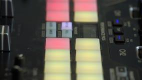 O DJ bateu o fabricante que empurra bot?es coloridos na almofada batida Feche acima de equipa os dedos que pressionam botões no e filme