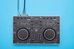 O DJ bem-desenvolvida almofada no fundo azul fotografia de stock royalty free