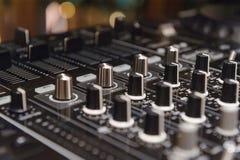 O DJ consola o partido de mistura da música da casa de Ibiza da mesa do disco-jóquei do CD mp4 no clube noturno com luzes colorid Imagem de Stock