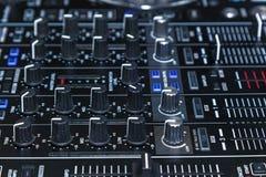 O DJ consola para experiências com música foto de stock royalty free