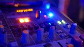 O DJ consola trilhas de mistura video estoque