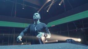 O DJ em um clube dança na fase filme