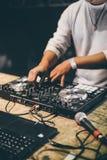 O DJ entrega o jogo da música de mistura no partido da noite Imagem de Stock Royalty Free