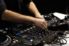 O DJ entrega trilhas de mistura no controlador do misturador sadio Imagem de Stock