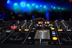 O DJ está Imagens de Stock