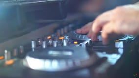 O DJ está usando um controlador para misturar uma música vídeos de arquivo