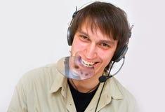 O DJ está escutando a música em seus auscultadores! Foto de Stock Royalty Free