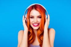O DJ gerencie sobre a música! Menina nova e muito bonita do gengibre principal vermelho foto de stock