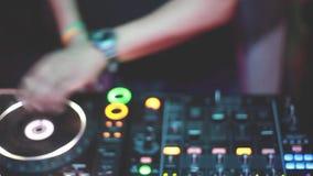 O DJ joga a música que mistura e que risca no equipamento da música da plataforma giratória 1920x1080, hd vídeos de arquivo