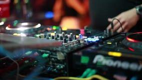 O DJ joga a música que mistura e que risca no equipamento da música da plataforma giratória Equipamento profissional da música co vídeos de arquivo