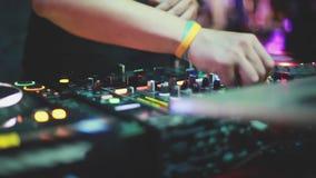O DJ joga a música que mistura e que risca no equipamento da música da plataforma giratória Equipamento profissional da música co video estoque