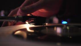 O DJ joga plataformas giratórias do vinil Em um clube noturno - barra video estoque