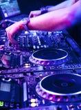 O DJ mistura a trilha Foto de Stock