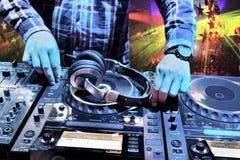 O DJ mistura a trilha no clube nocturno fotos de stock