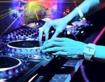O DJ mistura a trilha no clube nocturno foto de stock royalty free