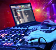 O DJ mistura a trilha no clube nocturno fotografia de stock
