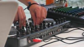 O DJ mistura a trilha vídeos de arquivo