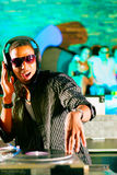 O DJ no disco bate, aglomera o fundo Imagens de Stock Royalty Free