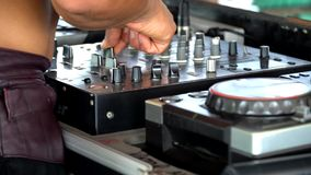 O DJ para o controlo a distância em uma espuma party filme